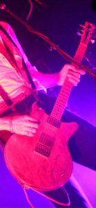 ピンクのライトとギタリスト1