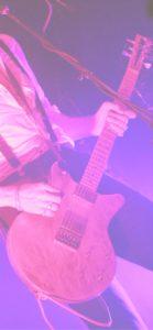 ピンクのライトとギタリスト2