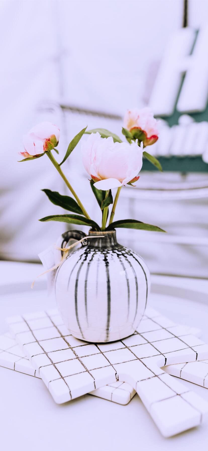 白い花瓶と花1