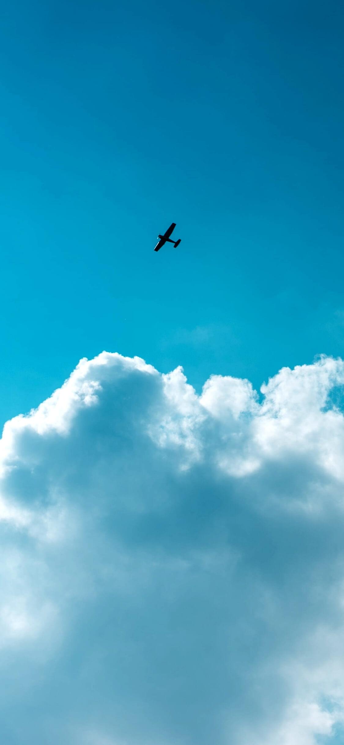 空を飛ぶ飛行機1