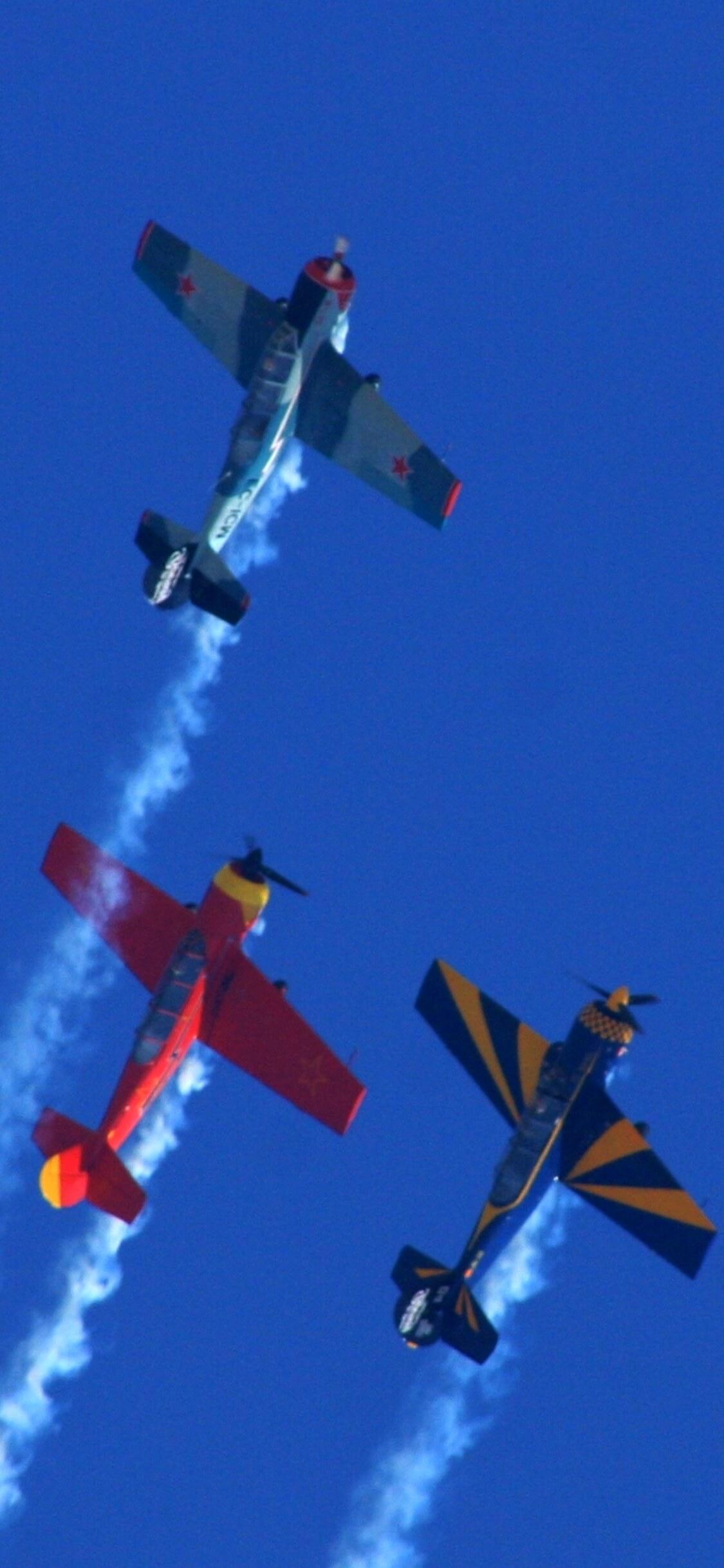 空を飛ぶプロペラ機1