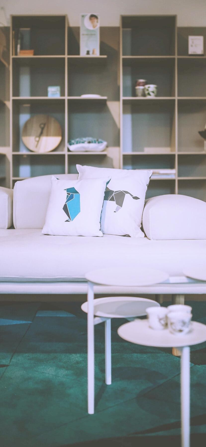 白いソファーとクッション2