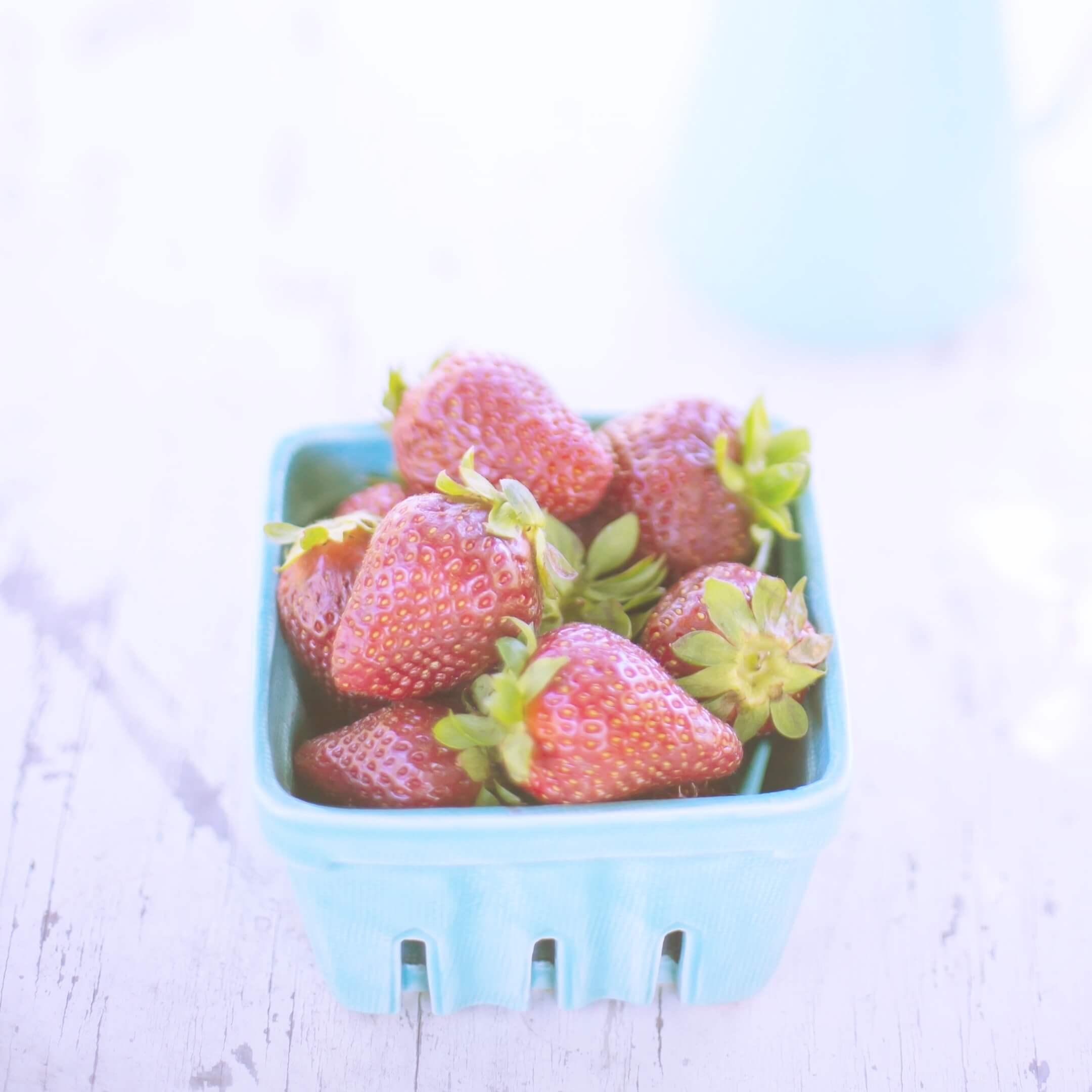 水色の器と苺2