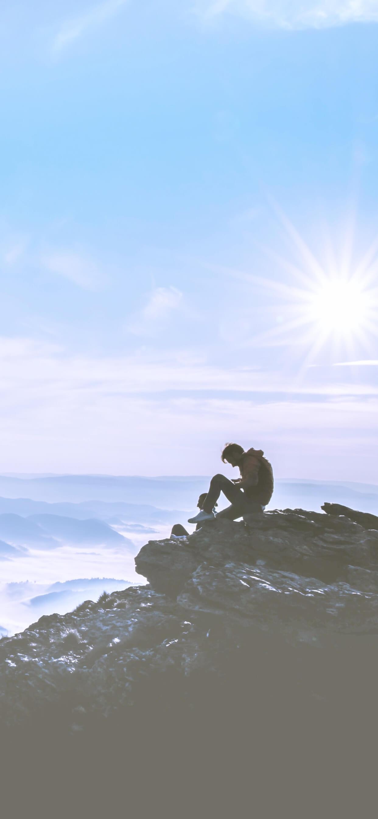 夏の山と太陽