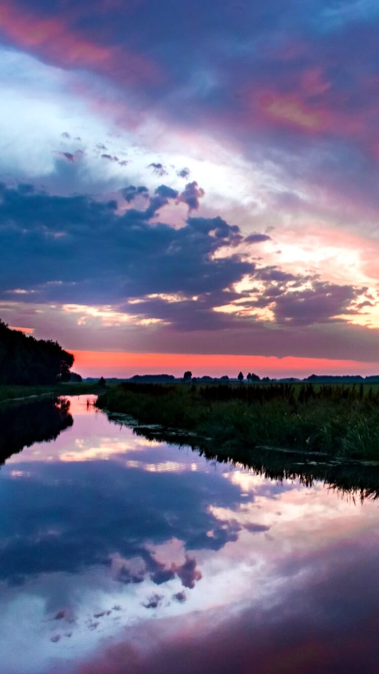 夏の川辺のサンセット