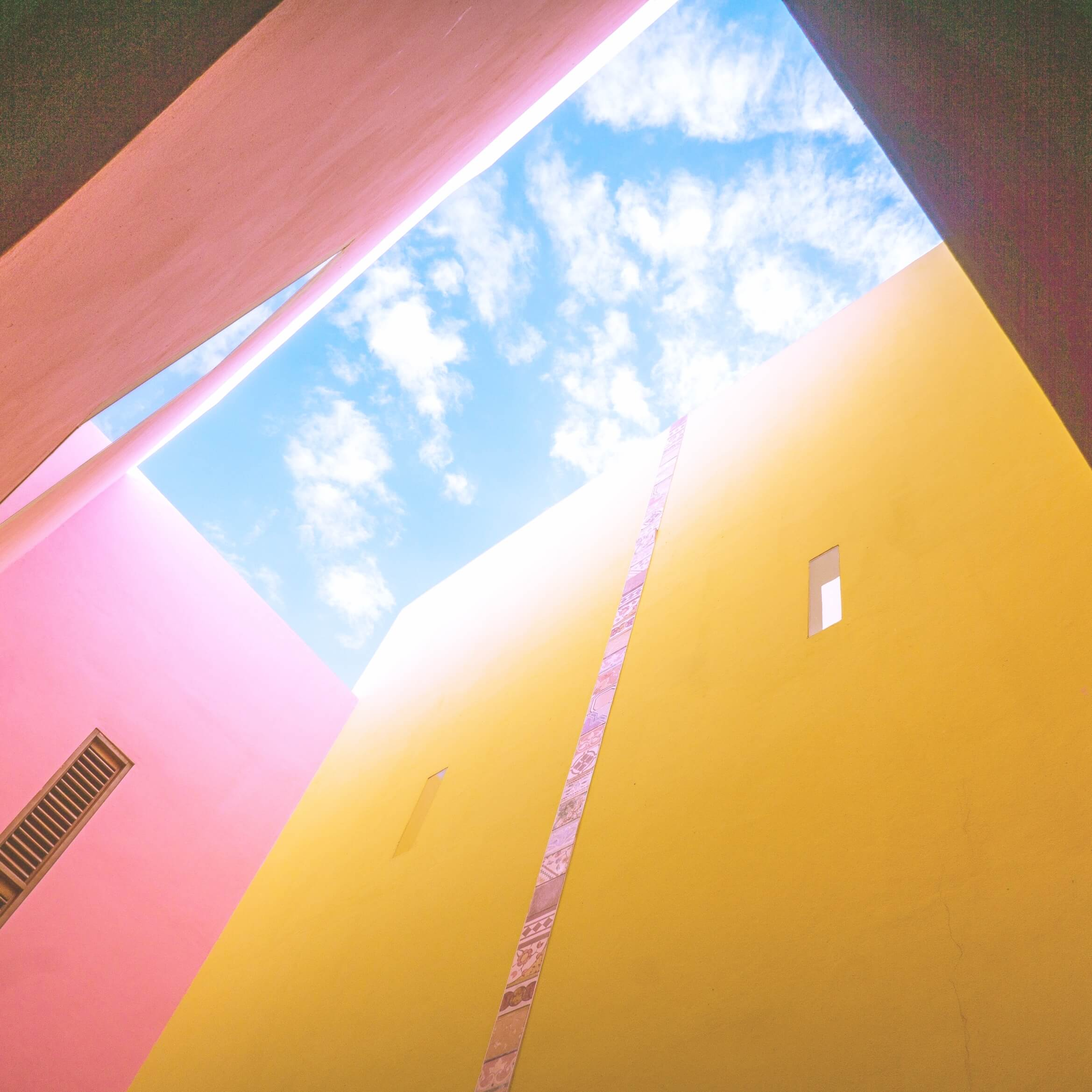 建物の間から見上げる空