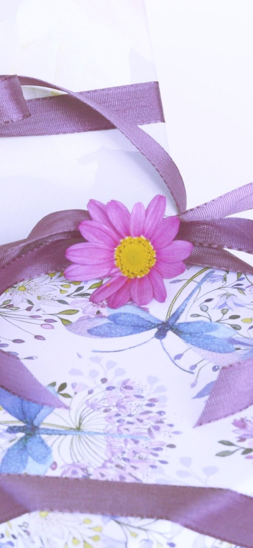 紫の花とリボン