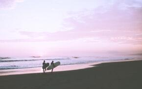 夏のサンセットとサーファー