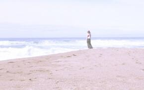 夏の海を見ている女の子