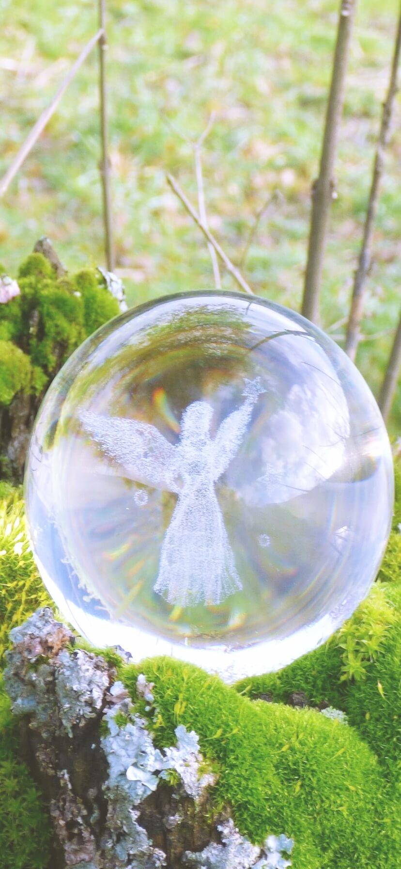 透明な球体の中の天使