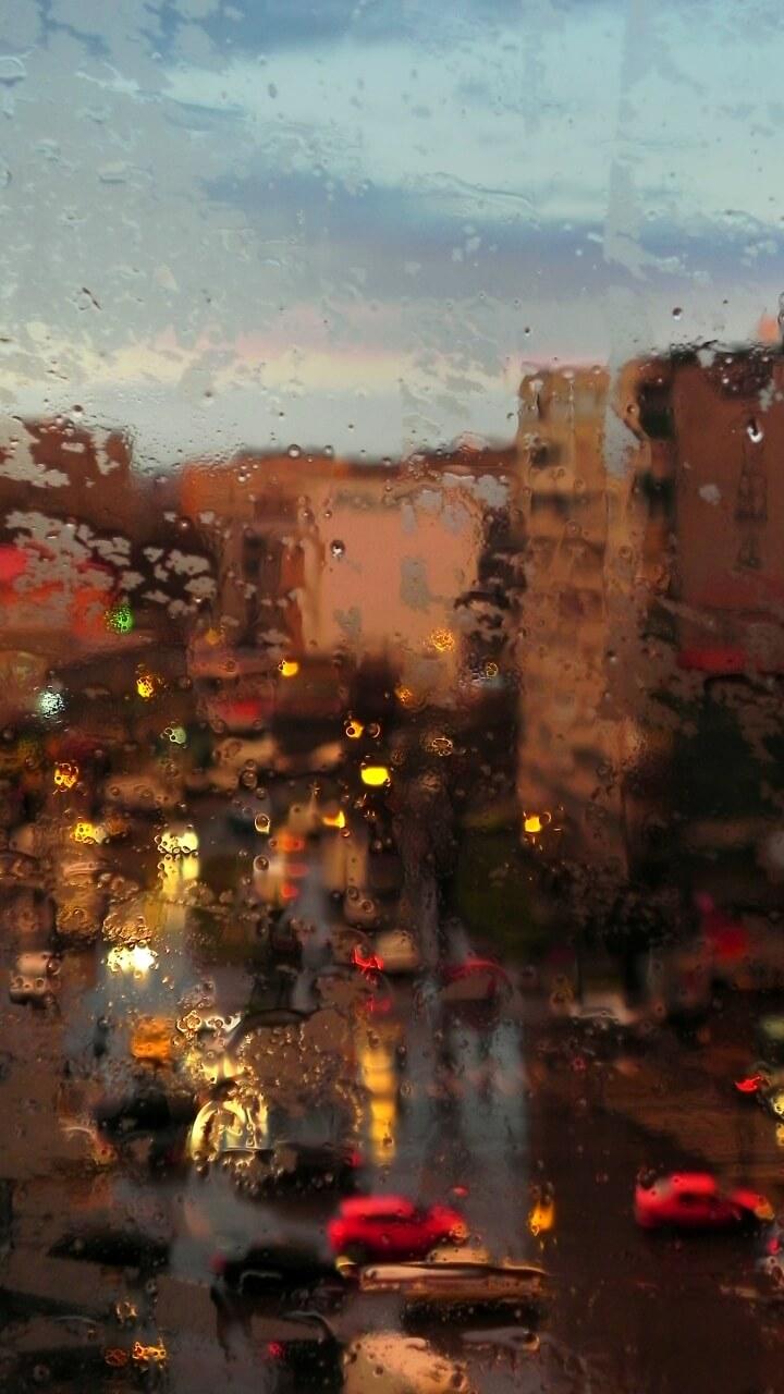 ガラス越しの雨の町