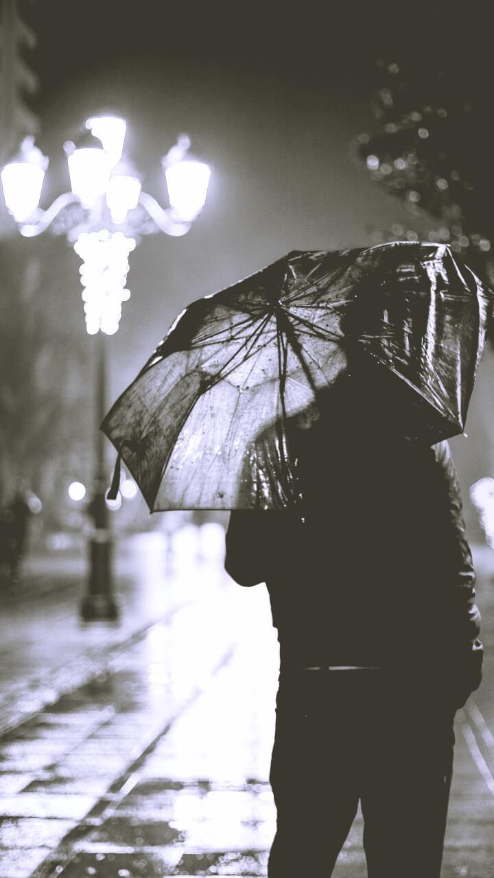 雨の町のモノクロ画像
