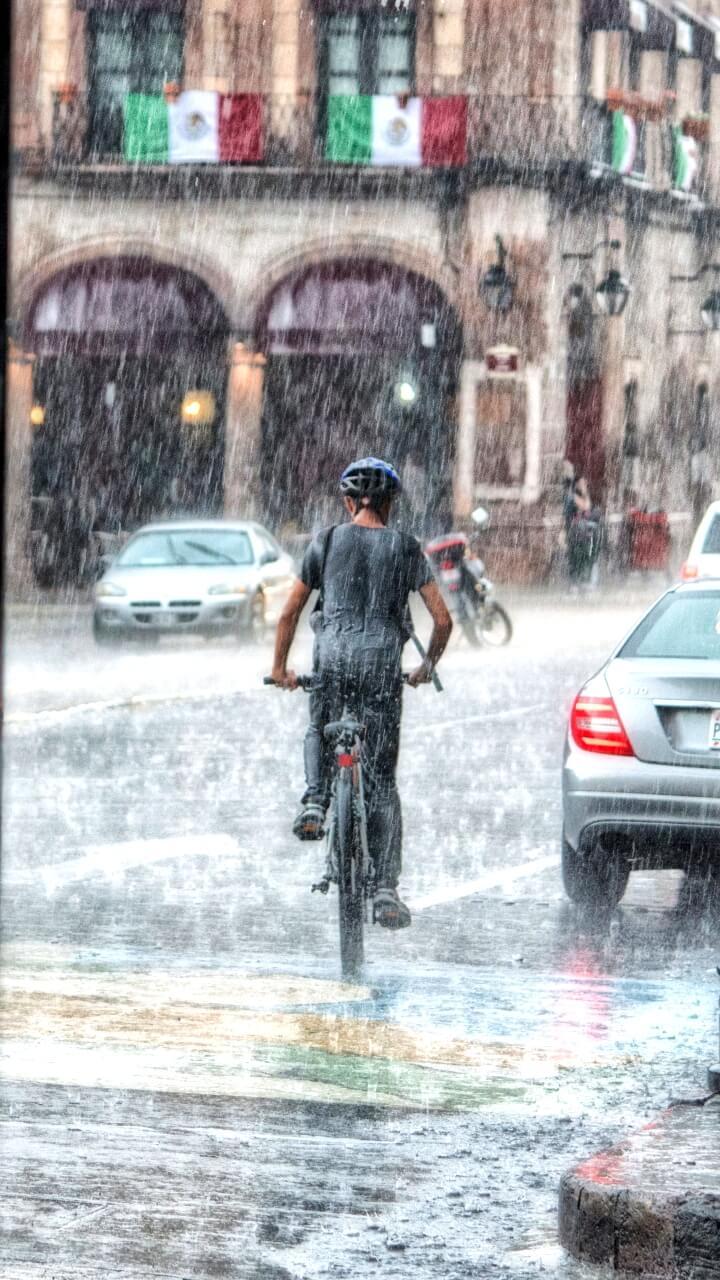 雨の中の自転車少年