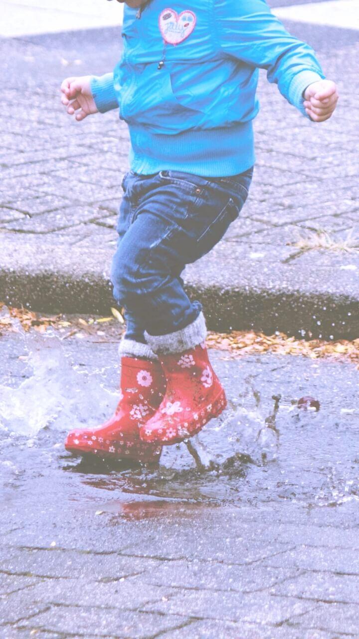 雨の日の小さい女の子