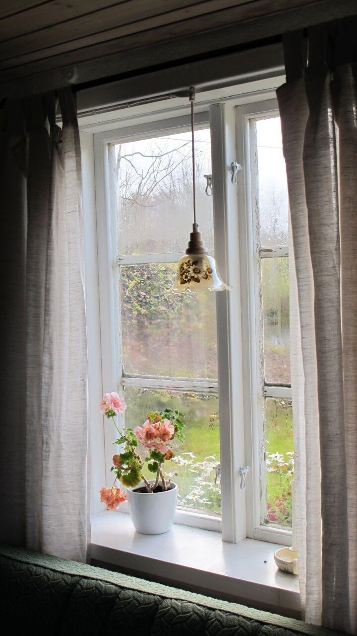 雨の日の窓際