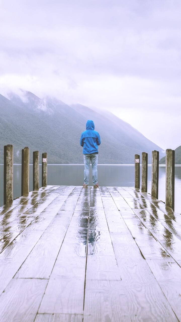 雨の日の湖