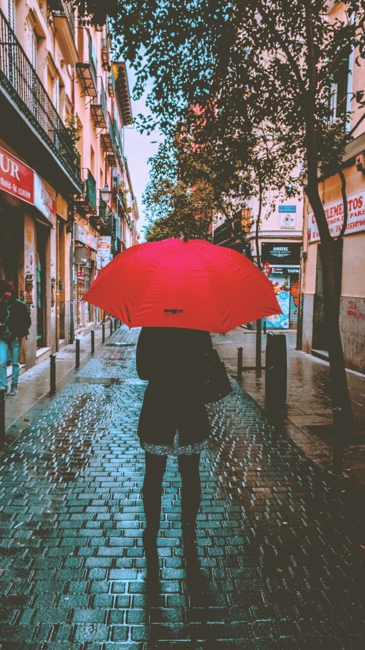 雨の町の女の子