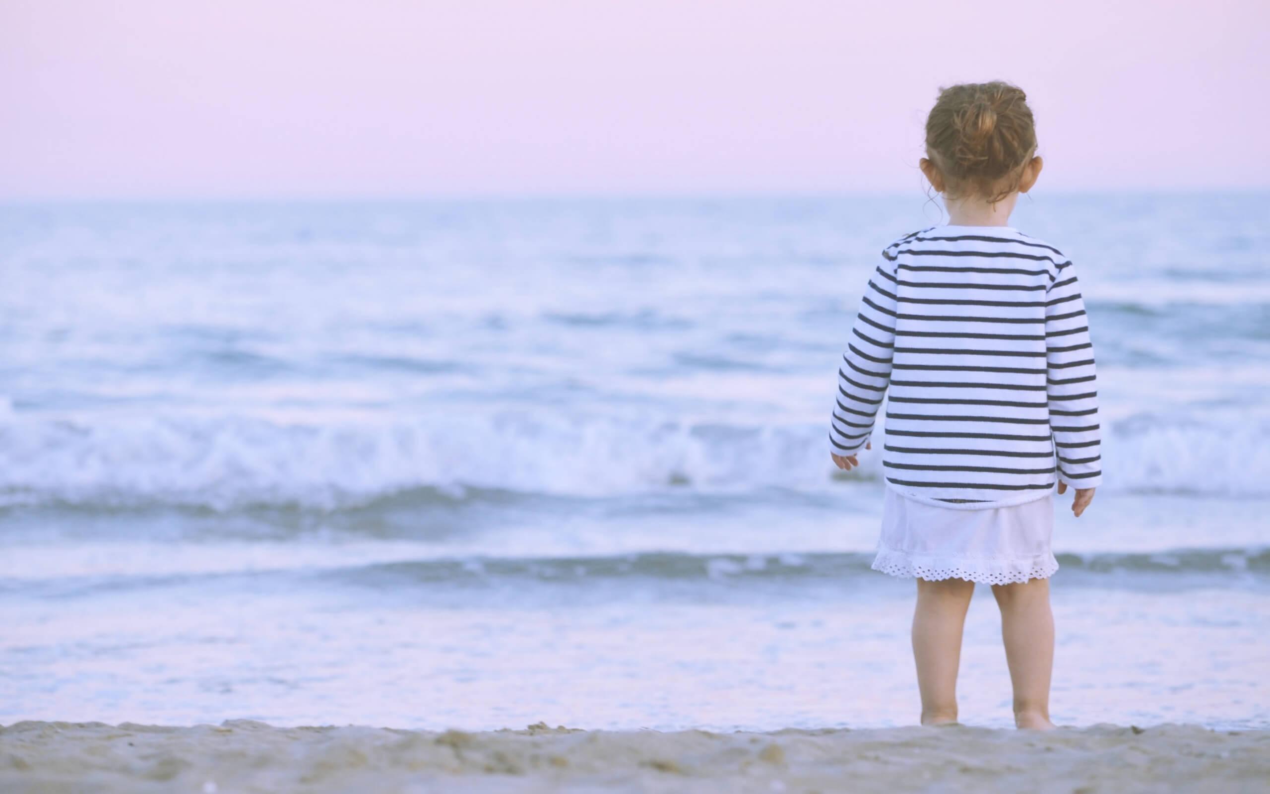 春の海と小さい女の子2