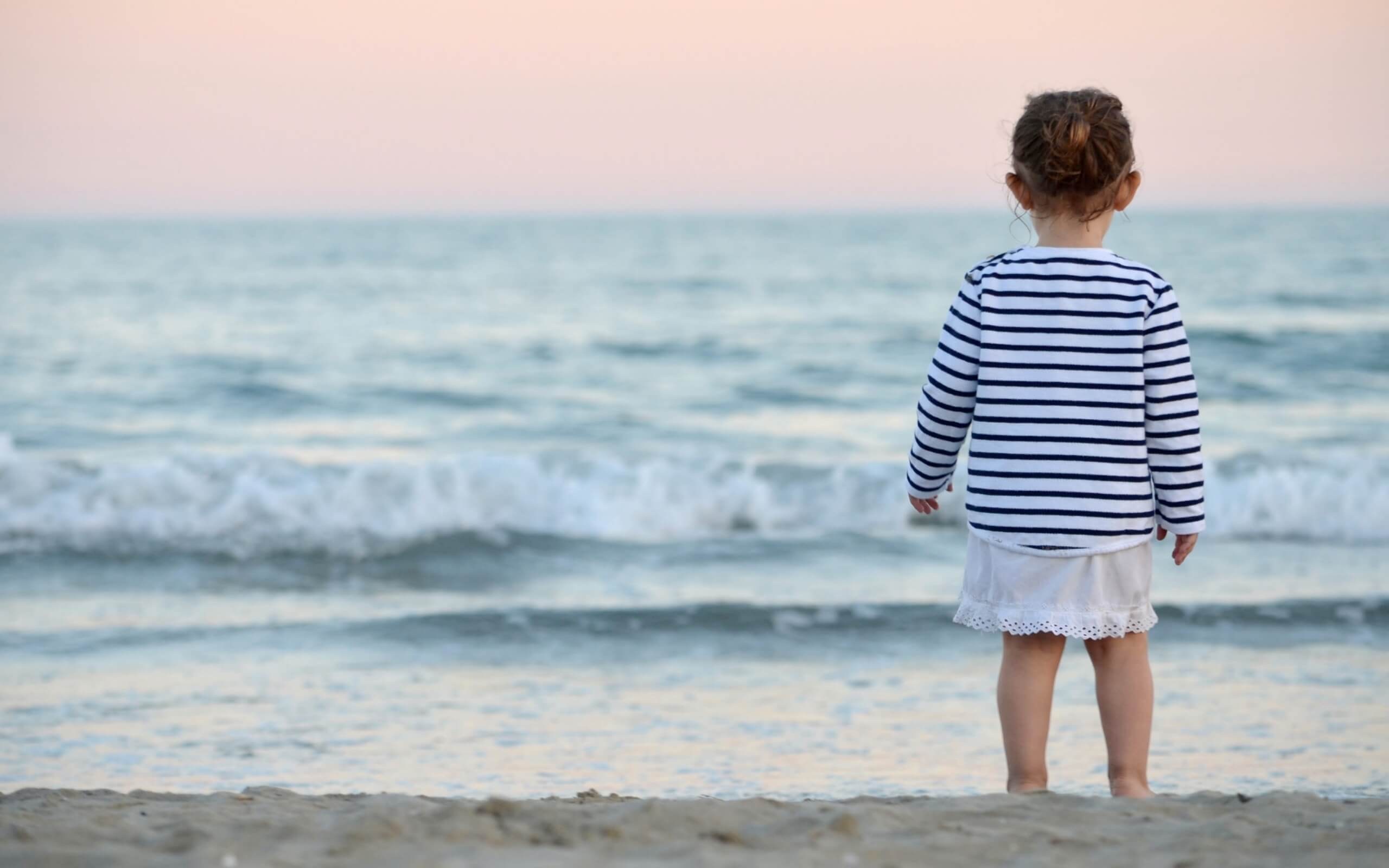 春の海と小さい女の子1