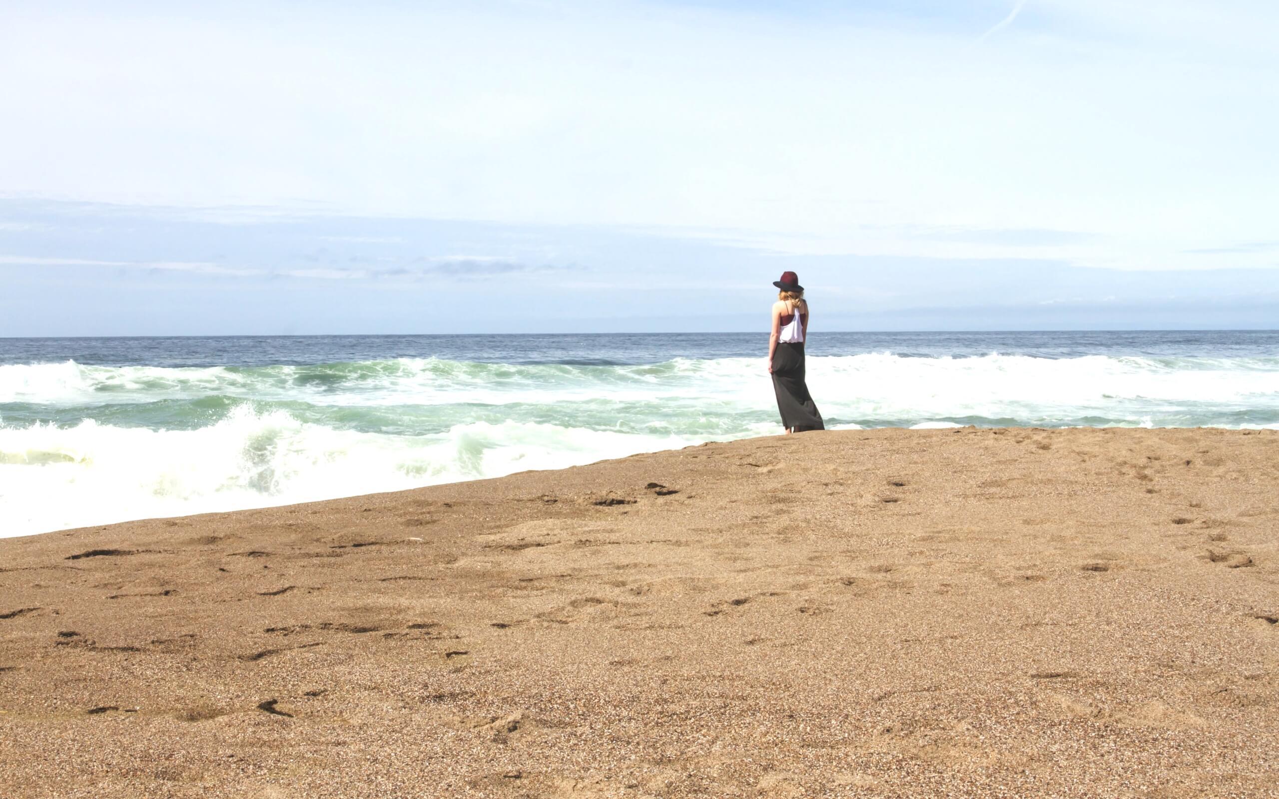 夏の海を見てる女の子