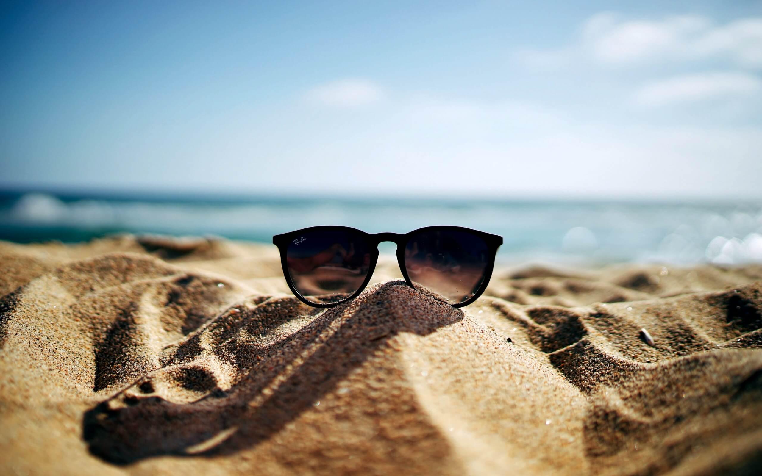 夏の砂浜とサングラス
