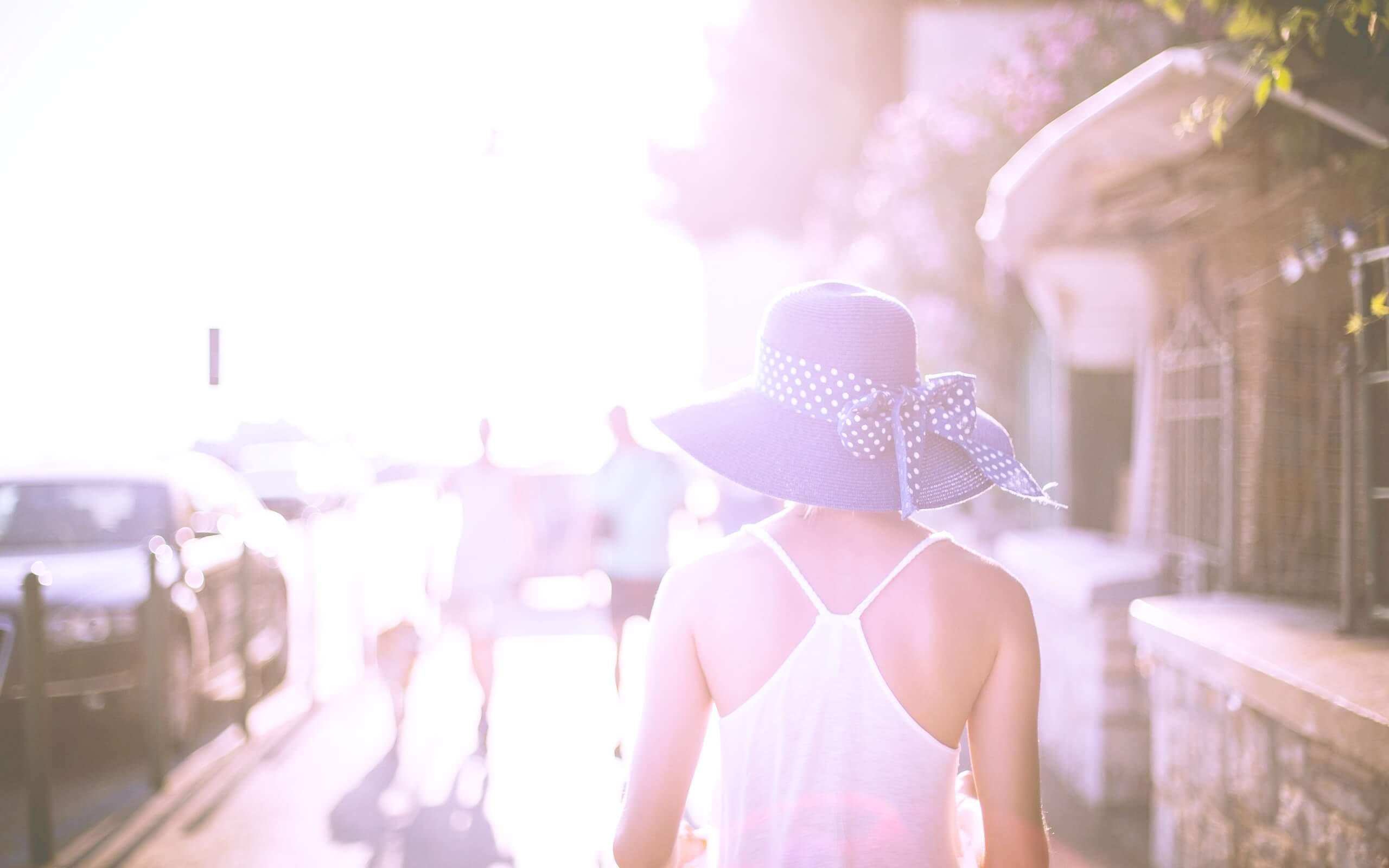 夏の町を歩く女の子