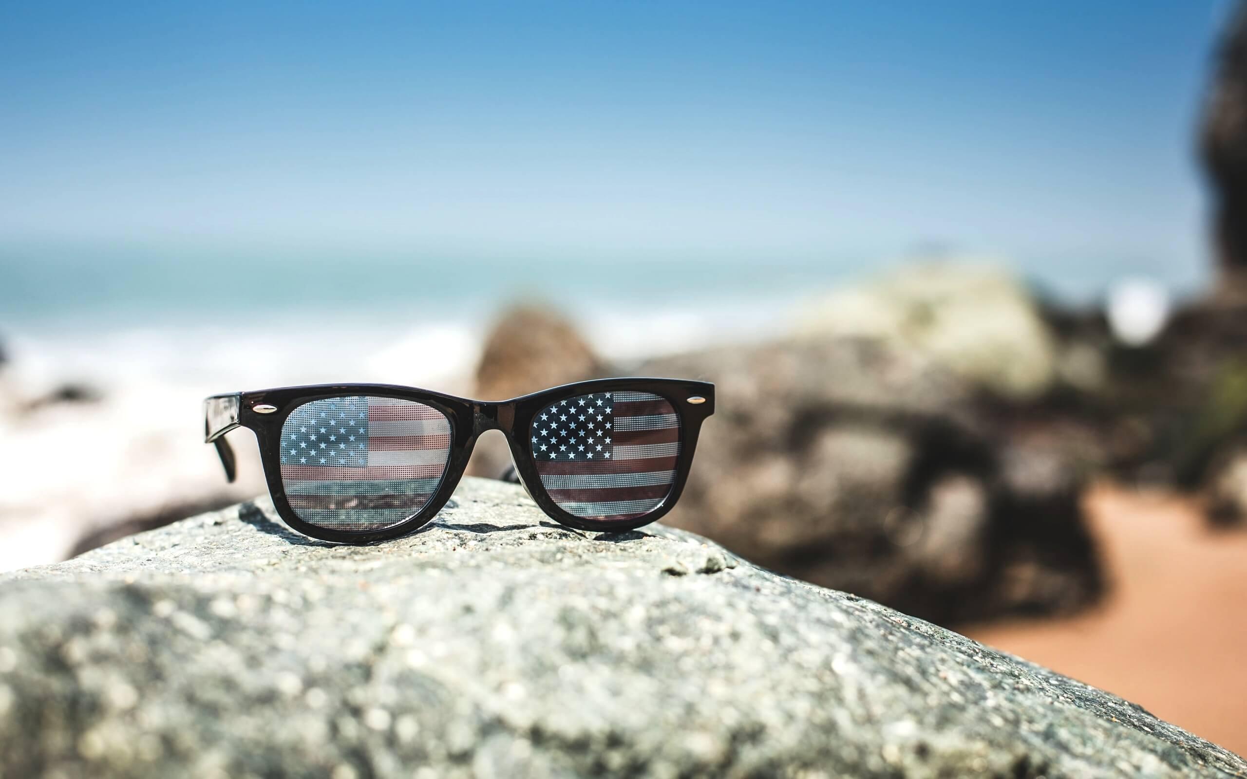 夏の海辺とサングラス