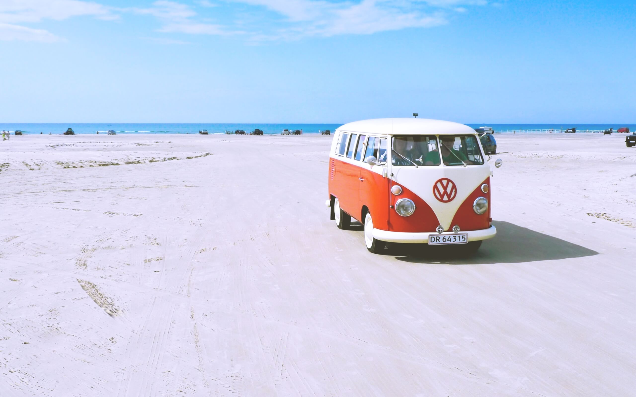 夏の海辺とワゴン車