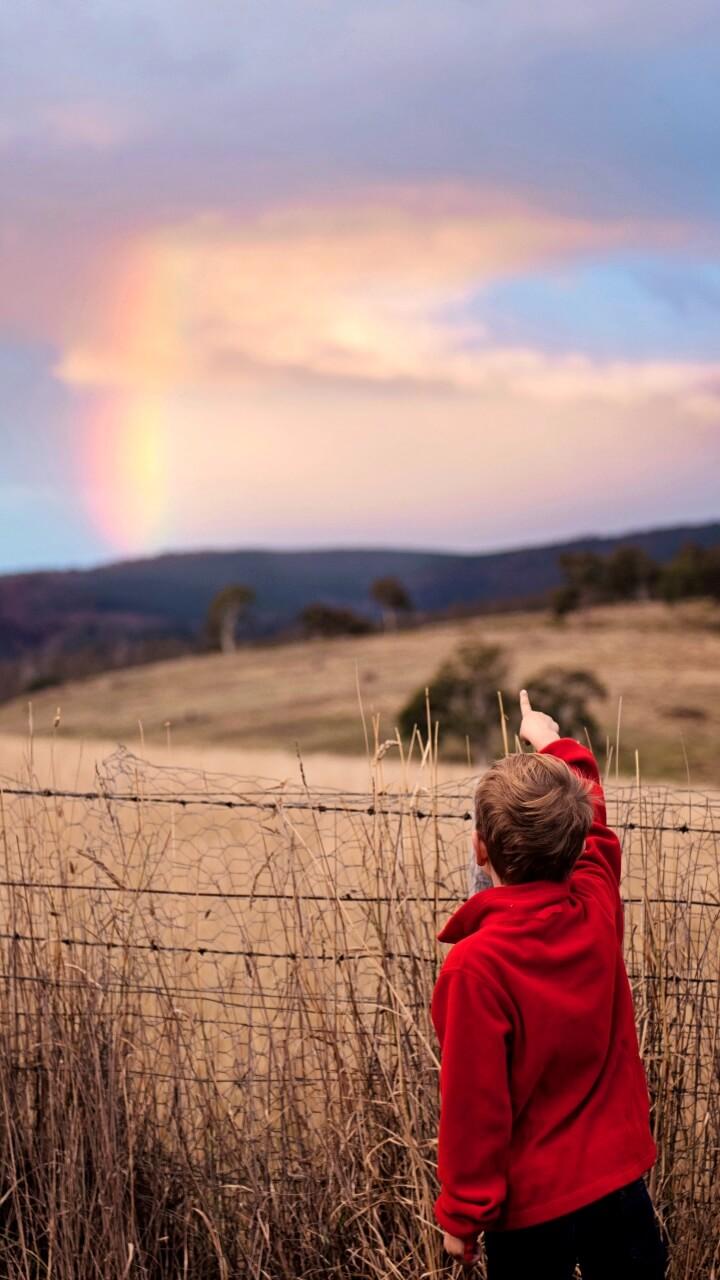 虹と男の子