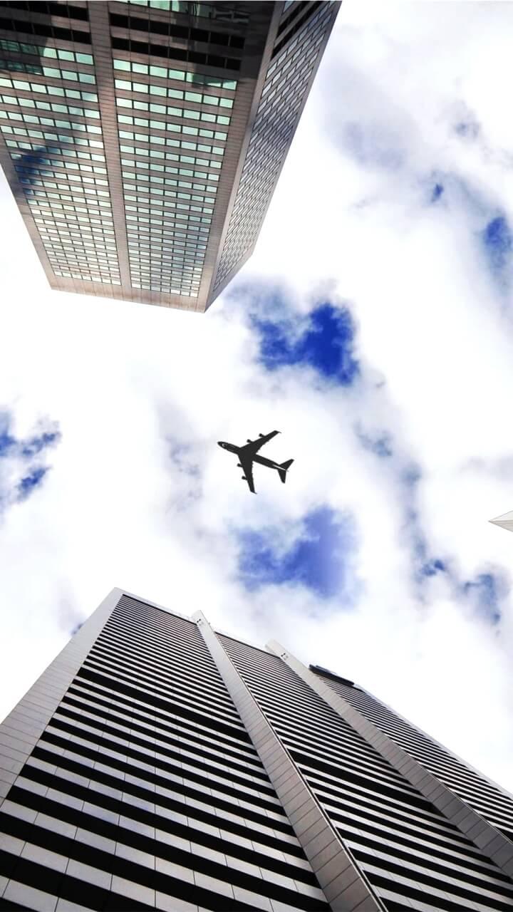 ビルの谷間から見た空と飛行機