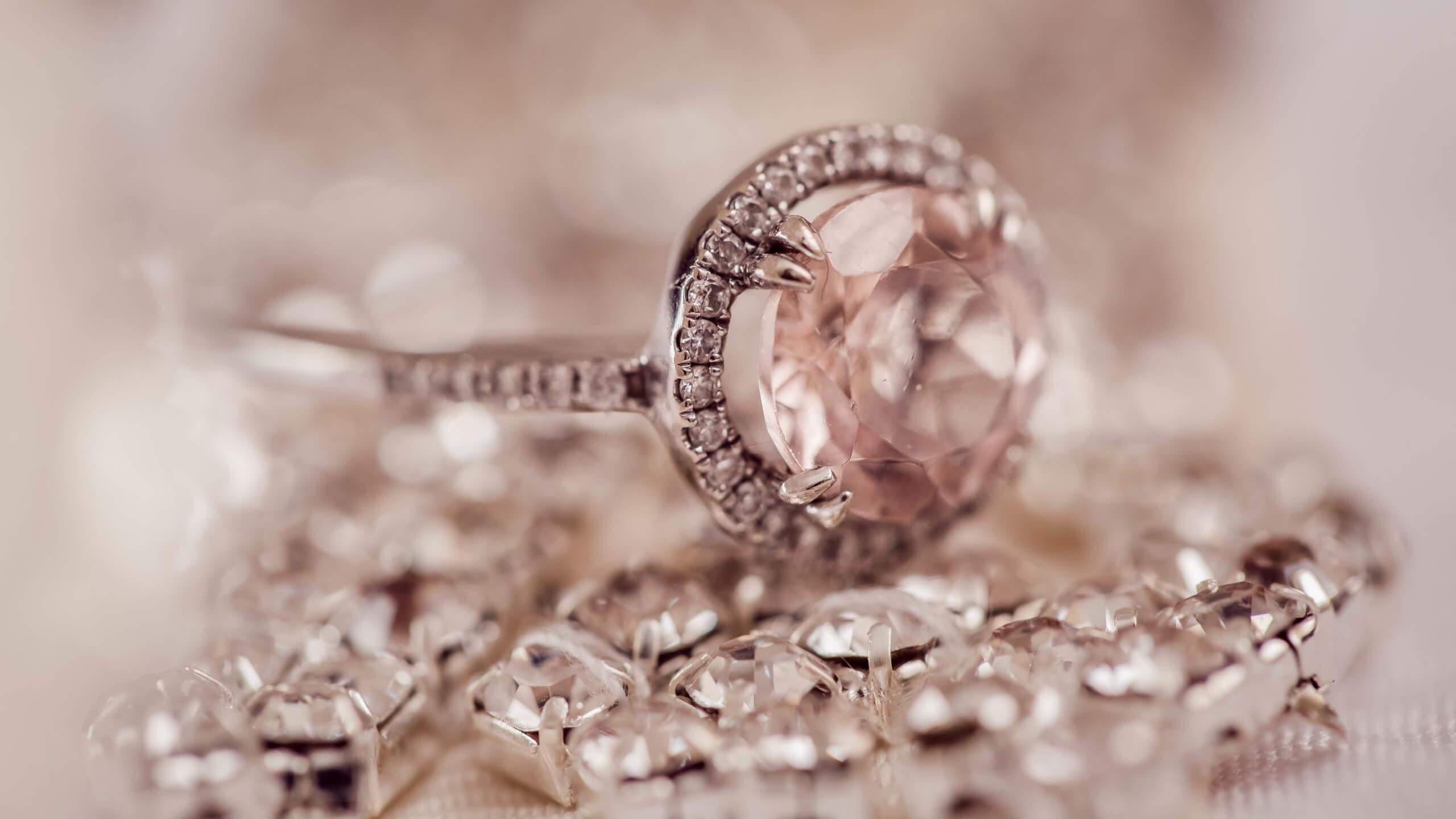 ピンクの石のリング
