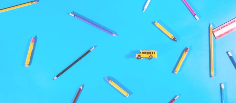青い背景に文房具
