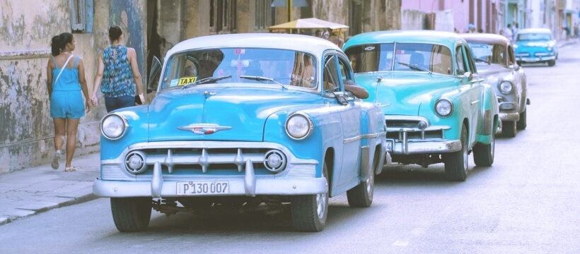 キューバの町と青い車