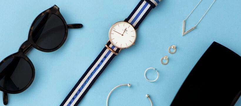 水色背景に腕時計