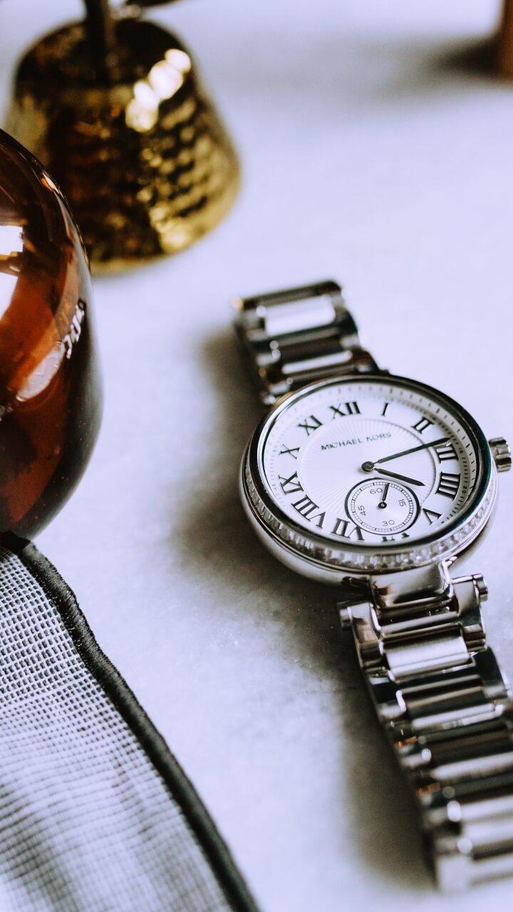 白背景に腕時計