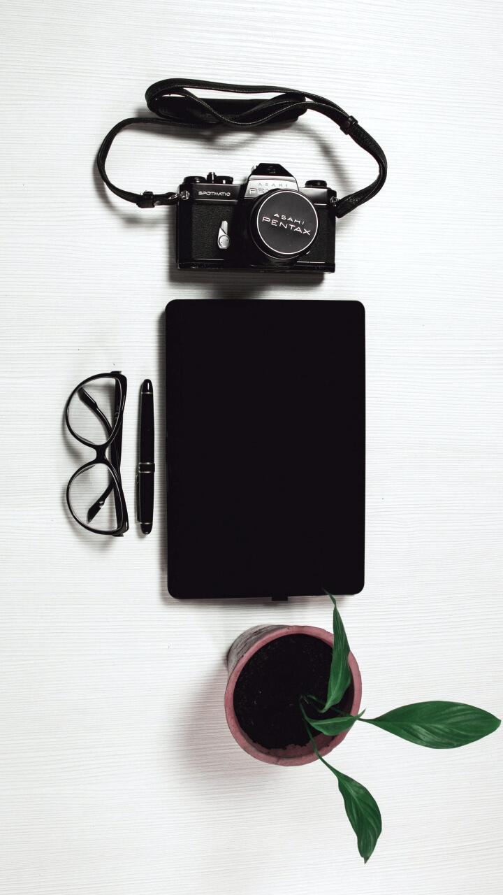 白背景にカメラとメガネ