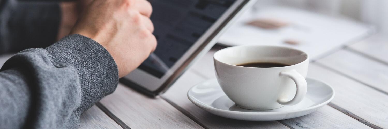 オープンテラスのコーヒーシーン