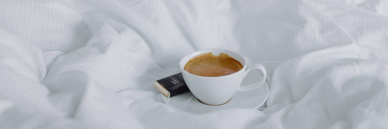 白いベッドとコーヒー