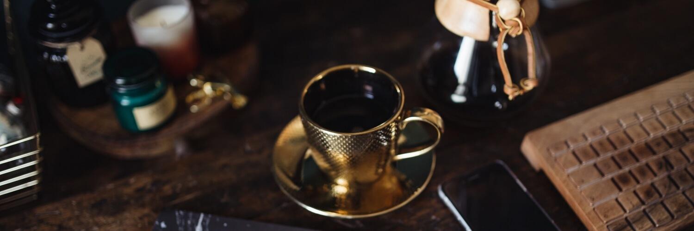 金色のコーヒーカップ