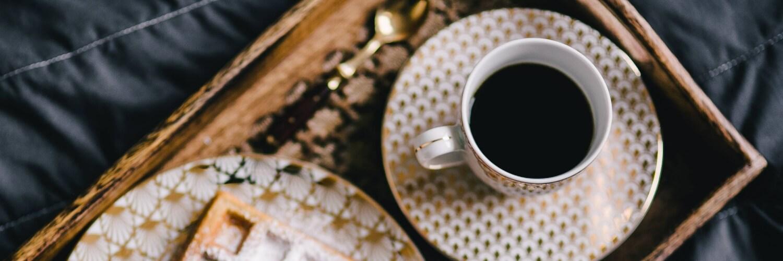 ウッドプレートとコーヒー