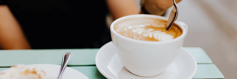 オープンテラスのコーヒー時間