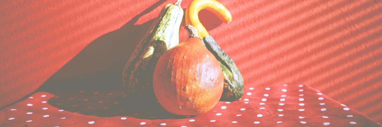 赤い背景とかぼちゃ