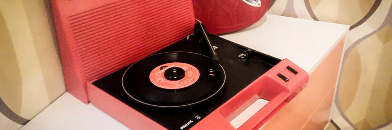 ピンクのレコードプレイヤー