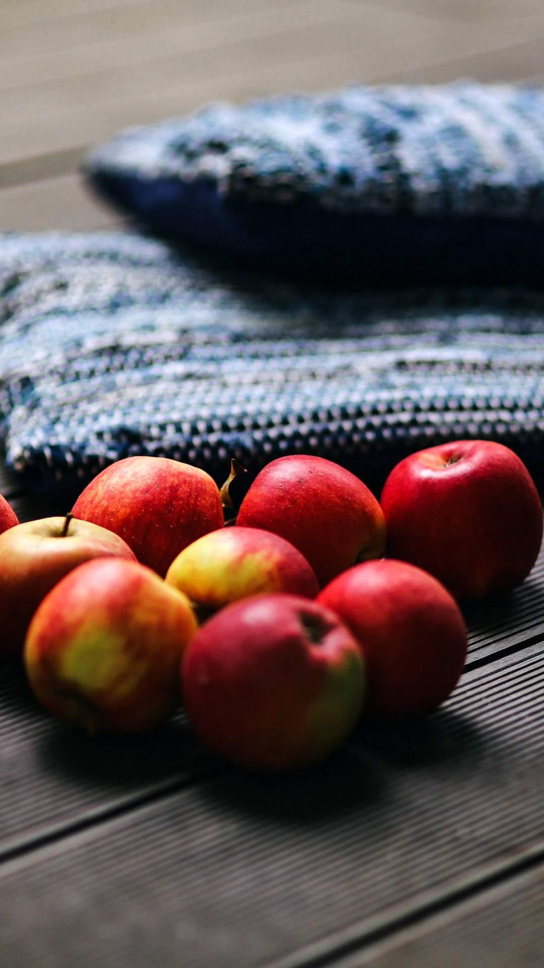 秋の部屋とリンゴ