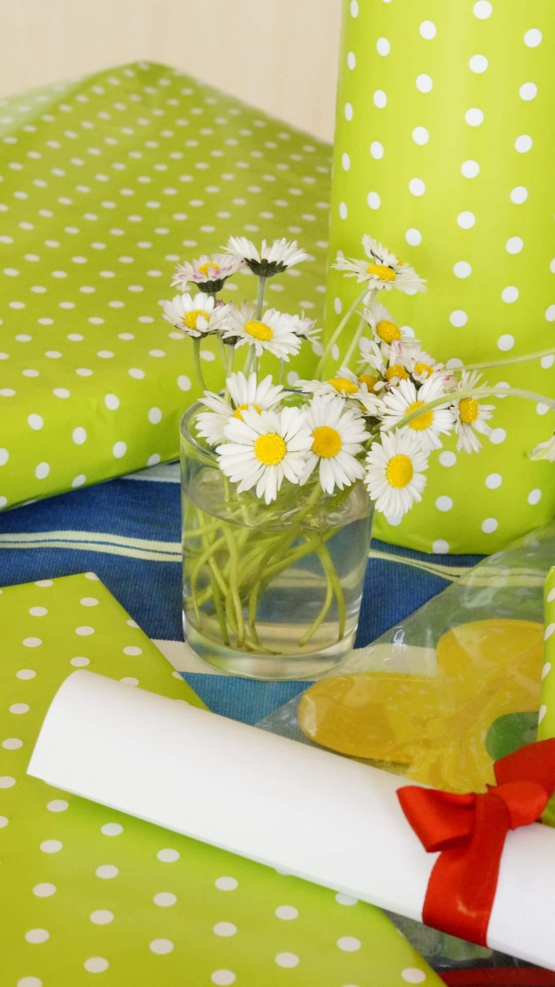 グリーンドットの背景と花